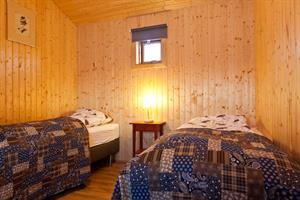 Bedroom with twin beds in the Sunset Cottage
