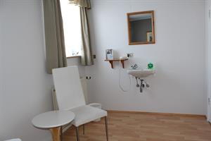 Room with a hand basin in the main building