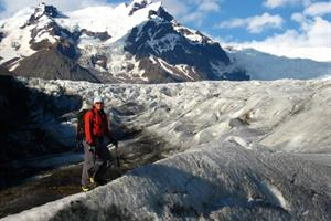 Hiking the tounge of Svínafellsjökull Glacier
