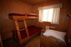 Bedroom with a bunk bed for 3 persons and a bed for children